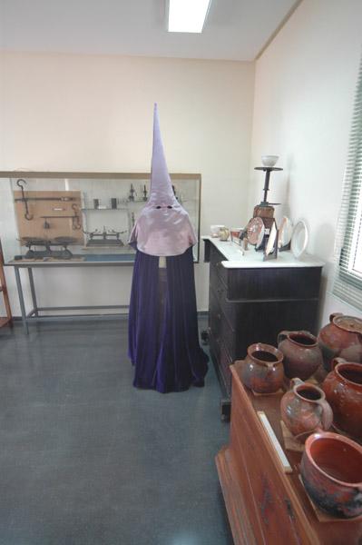 [La_Union_Museo_Etnologico]_Caracteristico_traje_de_nazareno_de_la_Semana_Santa_minera