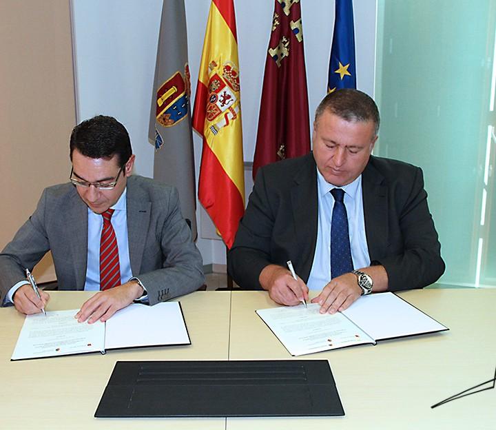 Firma Convenio Consejero de Presidencia y Empleo.